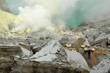 Schodzenie do indonezyjskiego krateru.