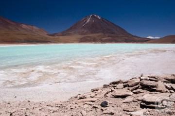 Zielona laguna przy granicy boliwijsko-chilijskiej.