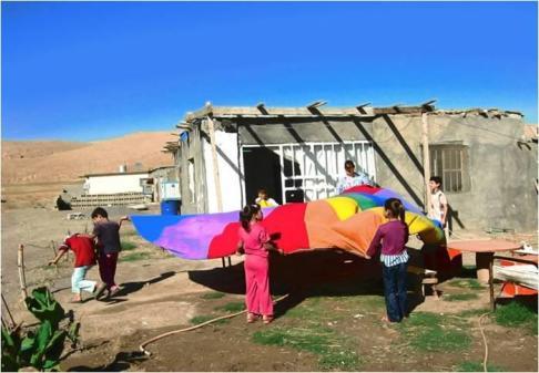 Kolorowa płachta może się zamienić w morze, spadochron, parasol... (fot. Olga Ślepowrońska)