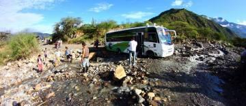 Kolumbijski autobus przejeżdża przez rzekę