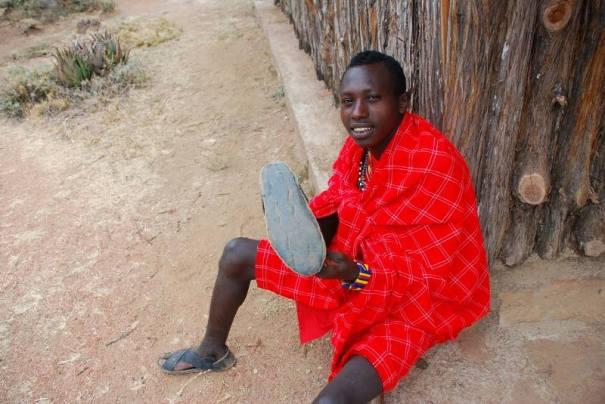 Masajowie robią buty z opony