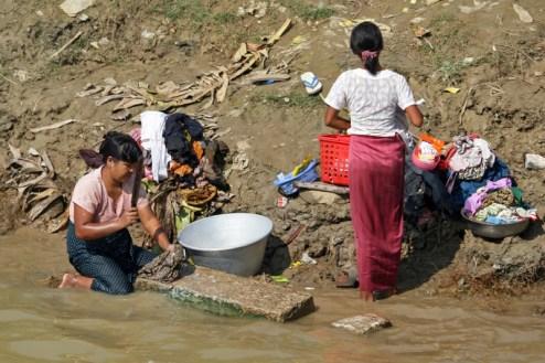Birmanki robią pranie w rzece (Fot. Ewa Serwicka)
