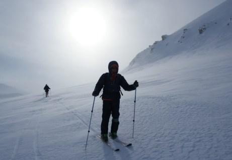 W bieli na nartach tak jak pierwsi polscy polarnicy. No, może tylko nie takich samych. (Fot. M. Jasieński)