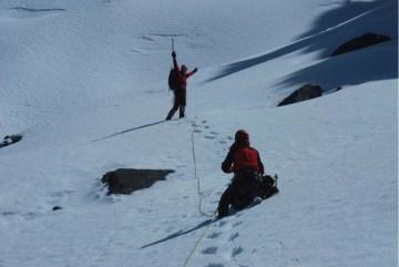 Tomek i Filip na lodowcu u podnóża Kura Huari. (Fot. Marcin Kruczek)