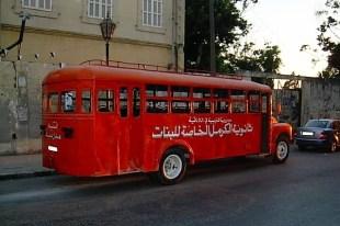 Syryjski szkolny autobus napotkany podczas spaceru po Homs. (fot. Mateusz Stachniuk)