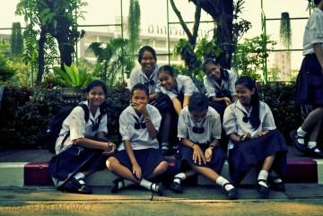Uśmiechnięte tajskie dziewczyny. Szkoła w Bangkoku