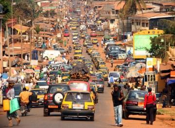 20.KAMERUN, Yaounde. Taksówki to zwykle wysłużone Toyoty Corolle, sprowadzane z całej Europy. Niektóre mają nawet starą nalepkę PL. (Fot. Rafał Żurkowski).