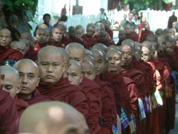 Birmańscy mnisi.
