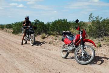Motocyklowa podróż przez park Lihue Calel w Argentynie