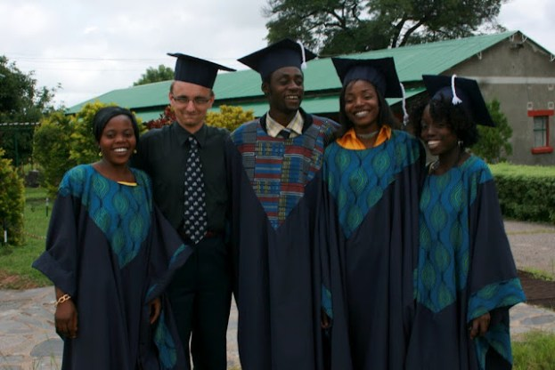 Jakub Wczelik i jego uczniowie z Zambii. (Fot. Jakub Wczelik)