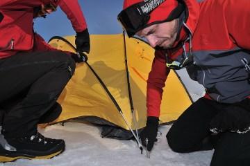 Wyprawa Torrell Expedition w trakcie rozkładania obozu na nocleg