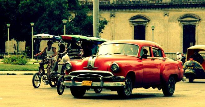 Amerykański wóz na jednej z ulic Hawany