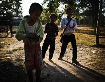 Dzieci wracają z wiejskiej szkoły
