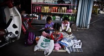 dzieci bawią się przy sklepiku rodziców