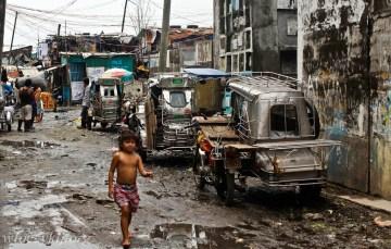Brudna ulica. foto z azjatyckich slamsów