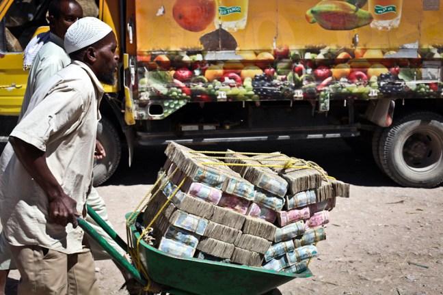 Pieniądze na taczkach - tylko w Somalii