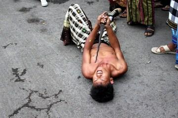 Tancerz z Bali przekłuwa się sztyletem