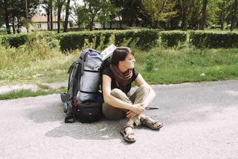 Czekając na Godota...lub autostop, gdzieś w Serbii. (Fot. Karolina Anglart)