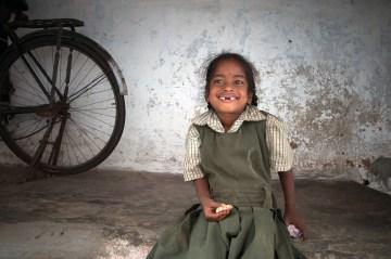 Uśmiechnięte hinduskie dziecko