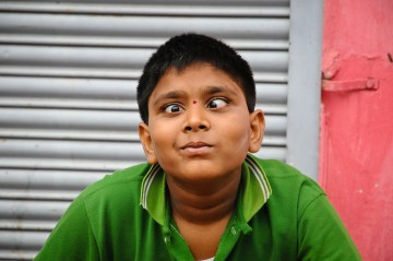 Hinduski dzieciak robi zeza