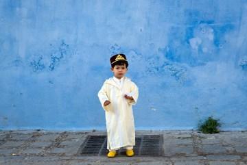 Marokański chłopiec w tradycyjnym stroju