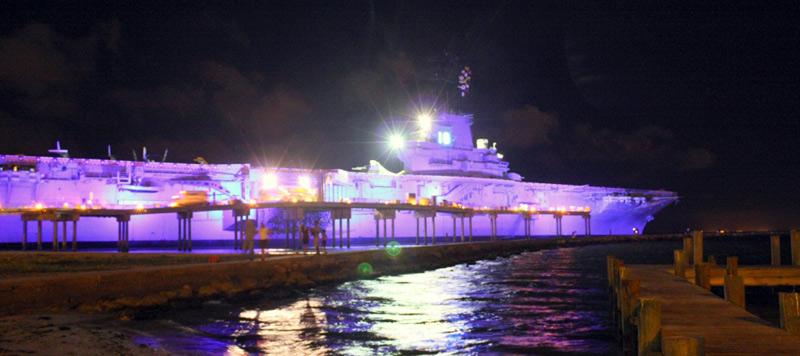 Amerykański lotniskowiec - muzeum nocą
