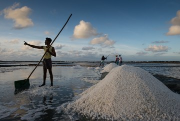Na Sri Lance sól odzyskuje sie z morskiej wody