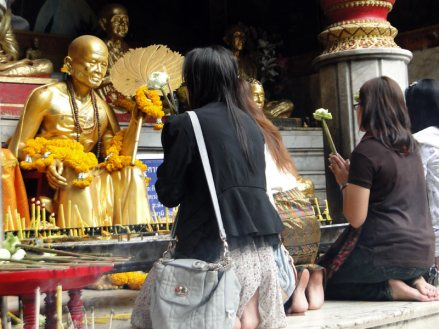 Modlitwa przed posągiem Buddy