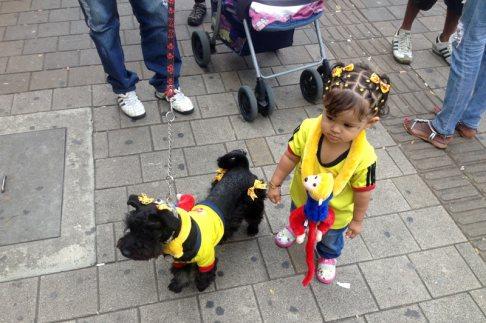 Kibice piłki noznej z Kolumbii - dziewczynka i pies
