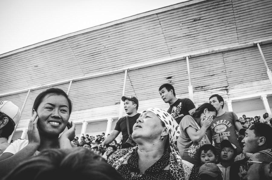 Publiczność na zawodach buzkaszi w Kirgistanie