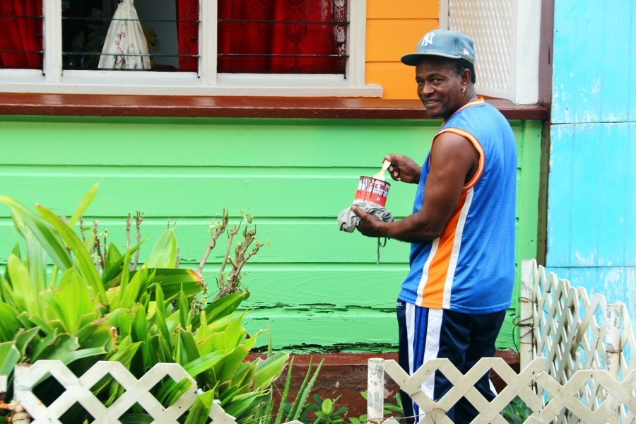 Antigua i Barbuda, mieszkaniec St. John's maluje dwój dom