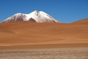 Pustynia Atacama w Chile i ośnieżone góry