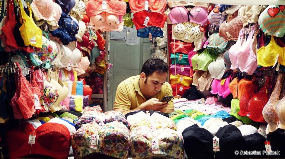 Iran, sprzedawca na bazarze w Teheranie - zdjęcia z wakacji