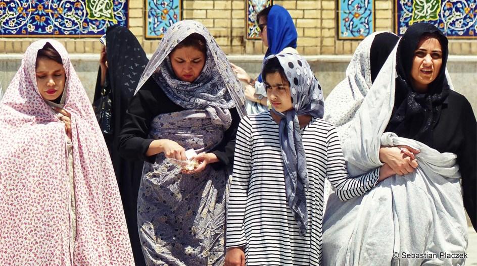 Iran, Teheran, kobiety w mauzoleum Emamzadeh Saleh - zdjęcia z podróży