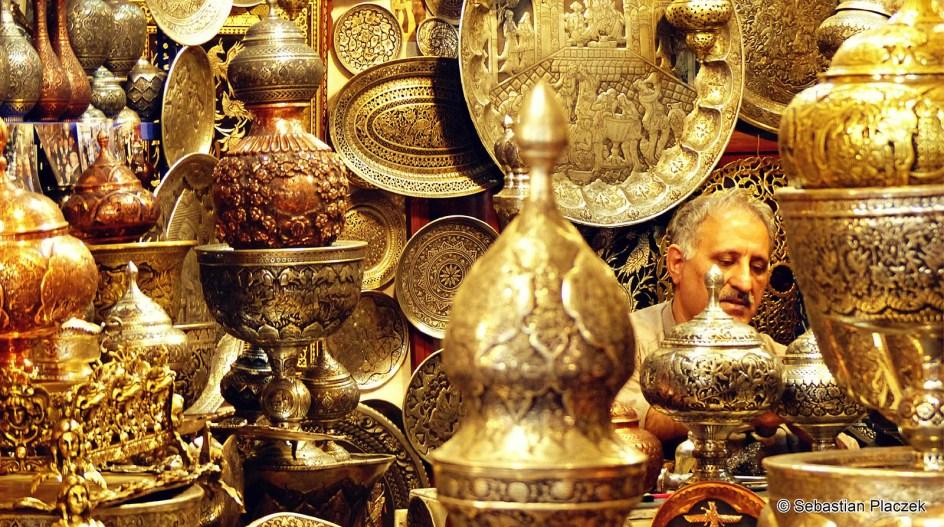 Iran, Isfahan, złote ozdoby na bazarze