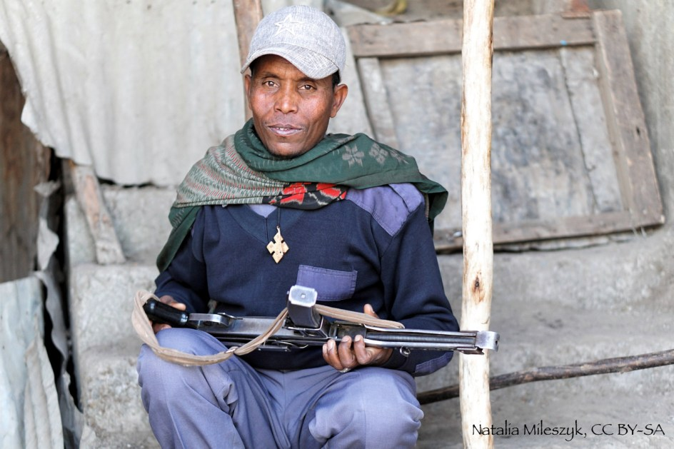 Etiopia, Gonder. Zdjęcia z podróży przez Etiopię. Mężczyzna z bronią