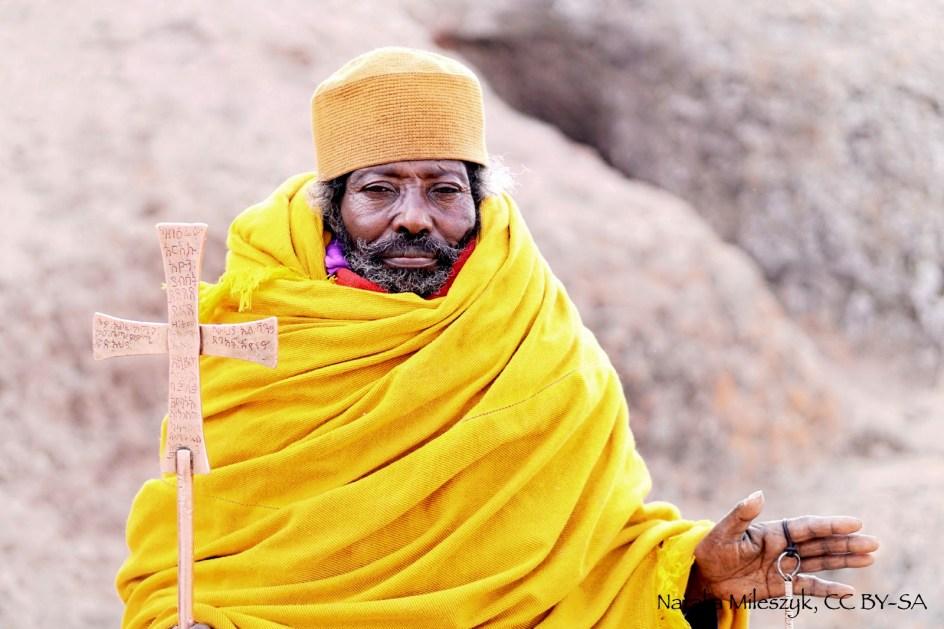 Etiopia, kapłan z Lalibeli znanej z e skalnych kościołów - zdjęcia z podróży