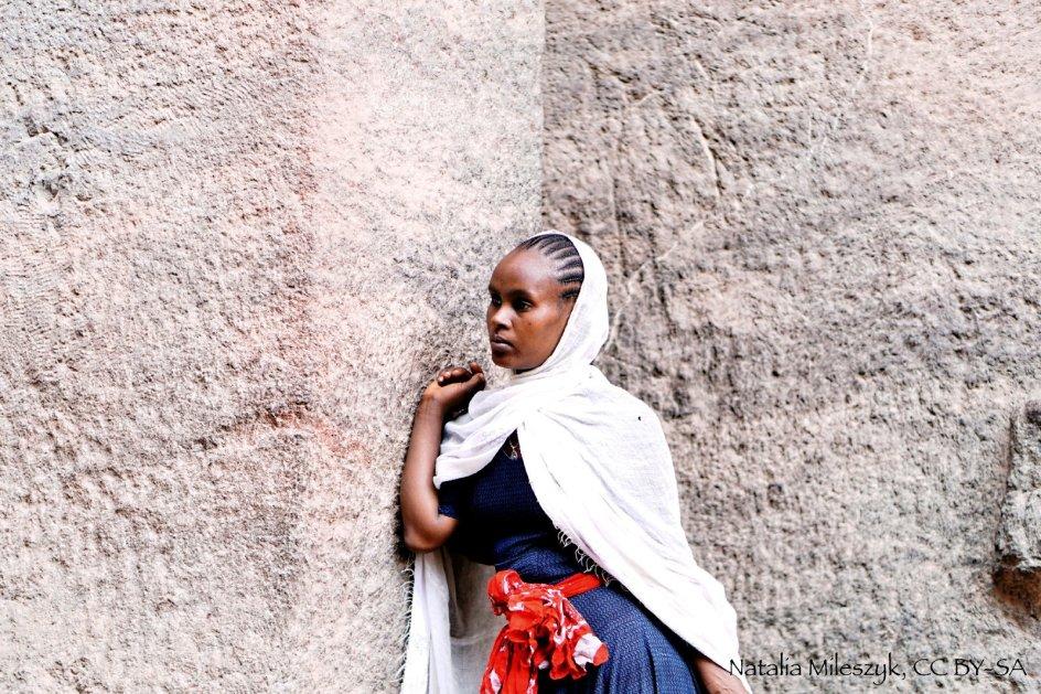 Etiopia, Lalibela, kobieta wyznająca prawosławie w trakcie modlitwy, zdjęcia