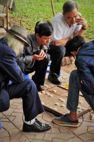 Wietnam, Hanoi, foto, mężczyźni grający w warcaby na ulicy