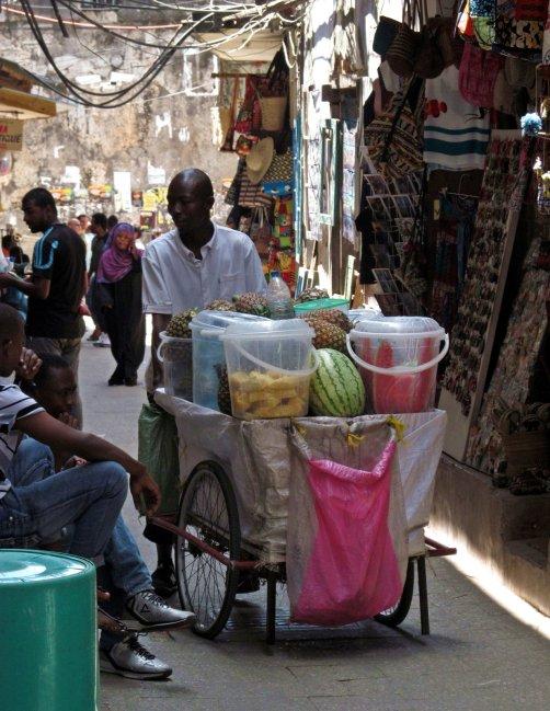Zanzibar, podróż, Medyna w Stone Town. Wśród straganów z pamiątkami.