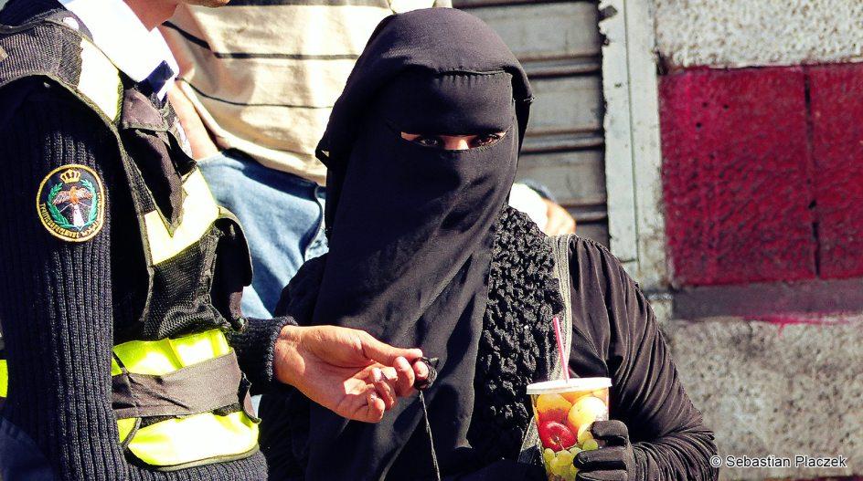 Jordania, muzułmańska kobieta na ulicy w Ammanie