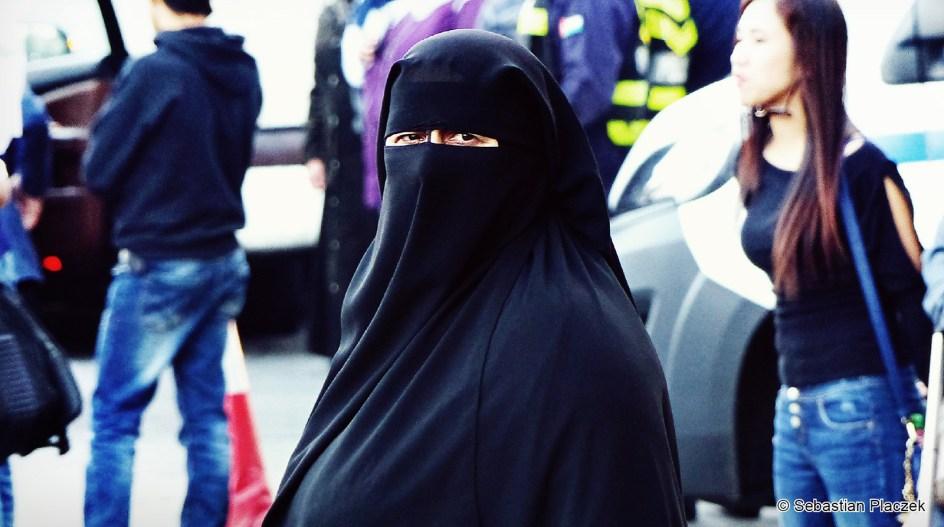 Jordania, Amman, muzułmanka ubrana w nikab, moda uliczna