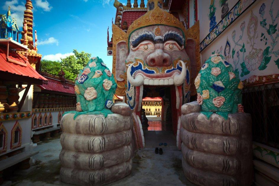 Par sakralny Wat Pa Non Sawan, Tajlandia, demony i smoki