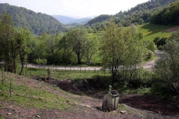 Ukraina, Zakarpacie, Bieszczady, Wołosianki, drewniany wychodek
