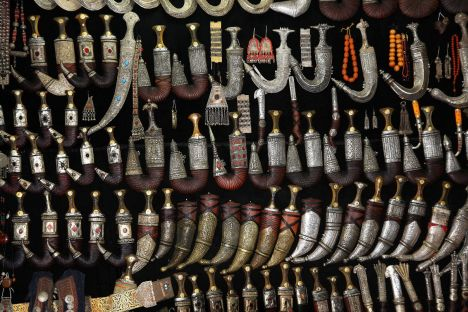 Jemen, Sana, stary bazar, stoisko z jambijami