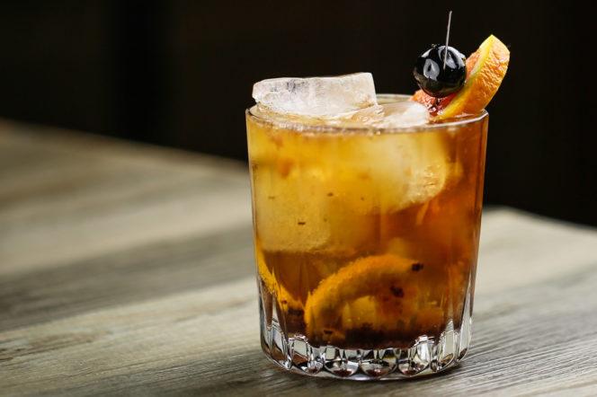 5 κοκτέιλ που μπορείς να φτιάξεις εύκολα σύμφωνα με βραβευμένο bartender