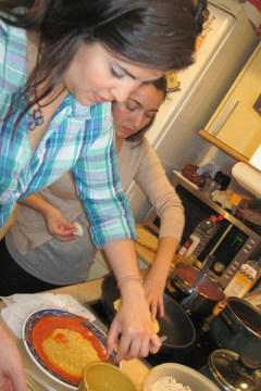 Preparando tortillas para hacer enchiladas