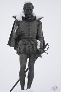Estatua nevada en la Plaza Cervantes de Alcalá de Henares