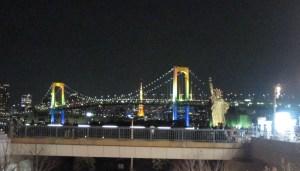 Rainbow Bridge y la estatua de la libertad en Odaiba