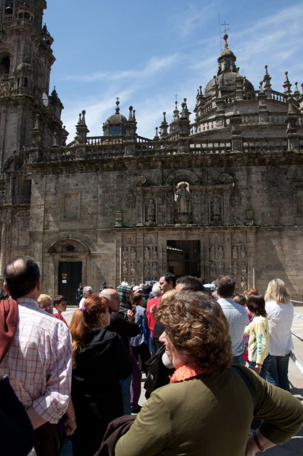 Fila de gente esperando para cruzar la Puerta Santa de la Catedral de Santiago de Compostela durante un Xacobeo